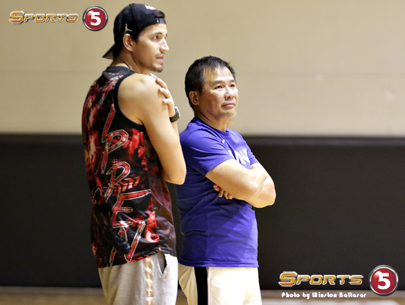 7S1A3501 Former Gilas team member Marc Pingris talks to Coach Chot Reyes at the Gilas practice