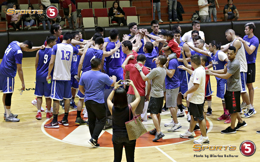 _P2A7765 Gilas post-game huddle and prayer