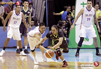 Terrence Romeo beats Cyrus Baguio to the ball