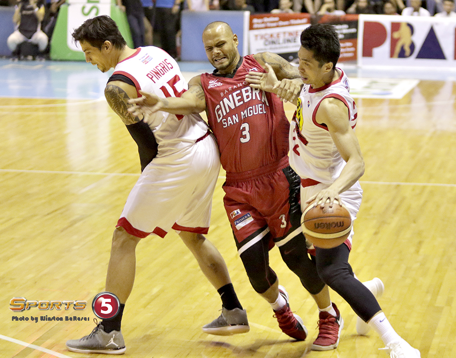_S1A4139 Sol Mercado chases Allein Maliksi around a Marc Pingris screen