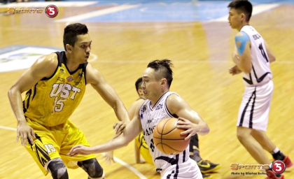 _S1A5625 Adamson's Robbie Manalang drives against Jeepy Faundo