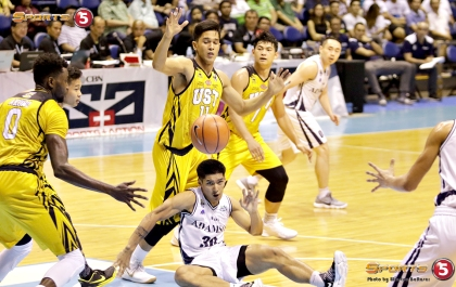 _S1A5655 It's a mad scramble as Adamson's Kurt Lojera loses the ball