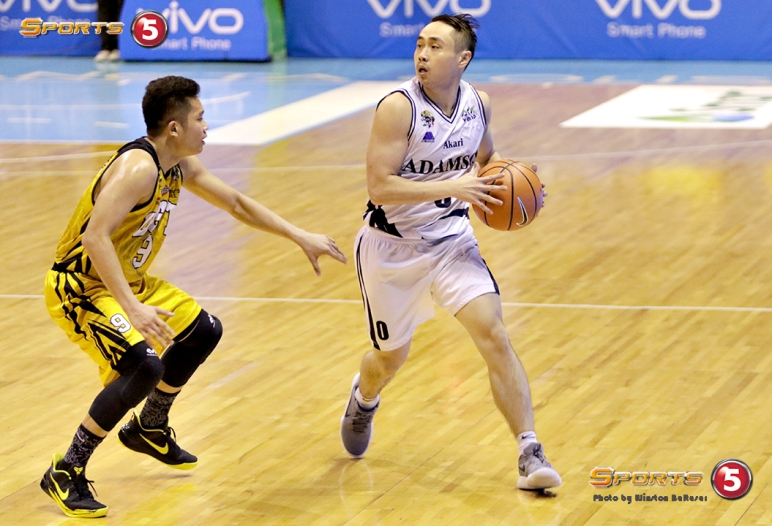 _S1A5707 Topscorers Robbie Manalang (Adamson) and Marvin Lee (UST) are a good match