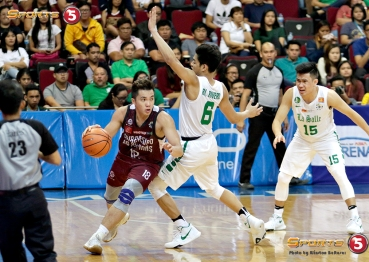 _S1A6279 UP's Paul Desiderio navigates through DLSU's mayhem defense