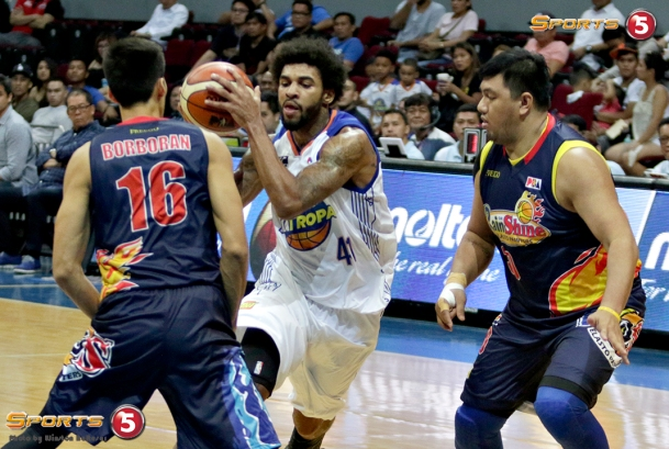_S1A6467 TNT's Glen Rice, Jr splits RoS defenders Mark Borboran and Beau Belga