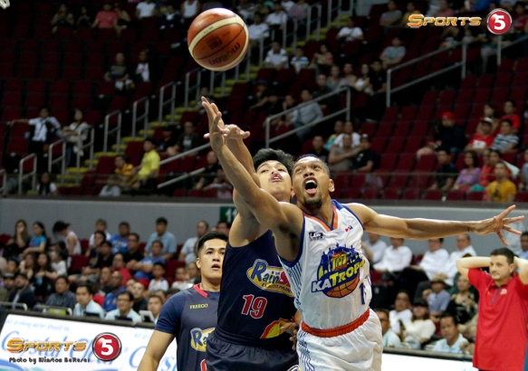 _S1A6548 TNT's cat-quick Jason Castro gets away from RoS' Don Trollano