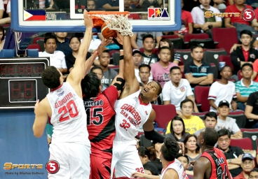 _S1A6856 Ginebra's Slaughter and Brownlee engage SMB's Fajardo in a fierce battle of the boards