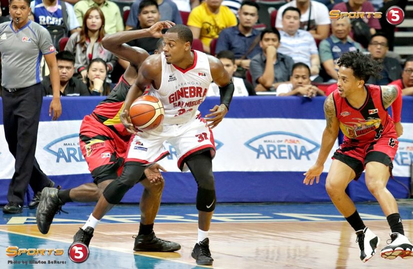 _S1A7033 Ginebra's Justin Brownlee spins to leave behind SMB's Terrence Watson and Chris Ross