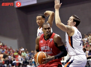 _S1A3136 Justin Brownlee barrels his way through Chris Newsome and Cliff Hodge