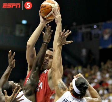 _S1A3307 Greg Slaughter towers above Allen Durham and Reynel Hugnatan