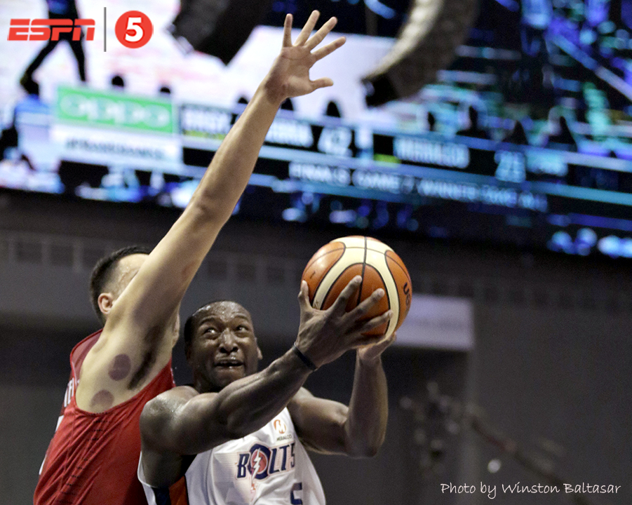 _S1A3450 Allen Durham with an up and under past Greg Slaughter