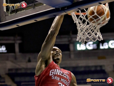 _S1A7314 Justin Brownlee smiles at his uncontested dunk