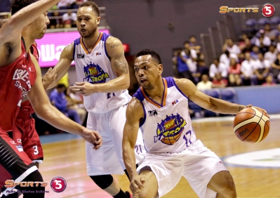 _S1A7372 Jayson Castro with a hesitation move against Greg Slaughter