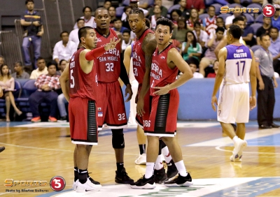 _S1A7455 Justin Brownlee, Joe Devance, and Scottie Thompson while LA Tenorio gives instructions