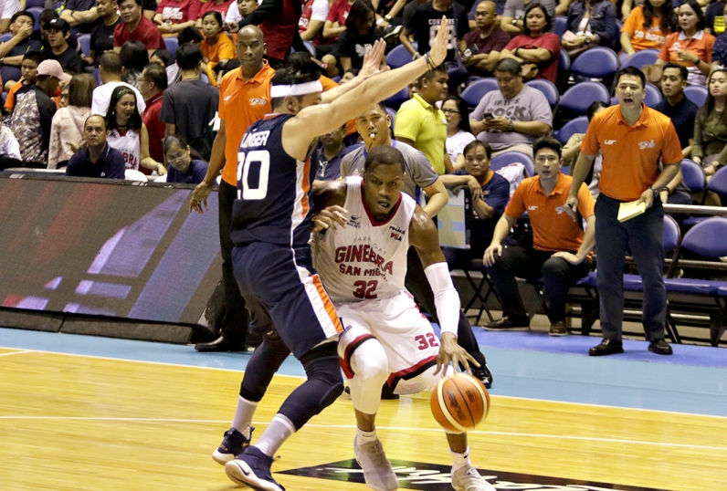 _S1A8699 Justin Brownlee drives on Jared Dillinger