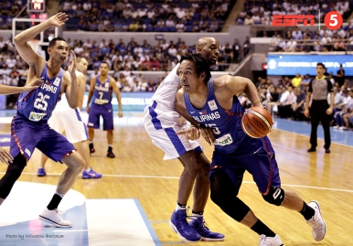 June Mar Fajardo gets a step ahead of Quincy Davis III