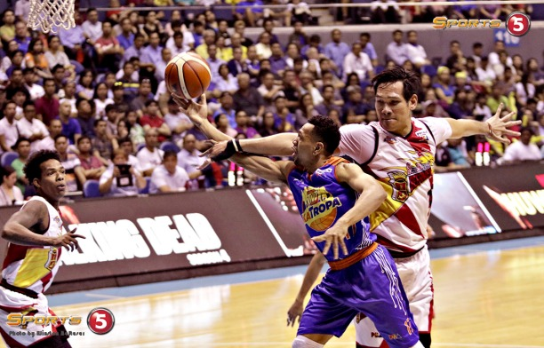 _S1A9052 wm Jayson Castro is fouled by Junemar Fajardo